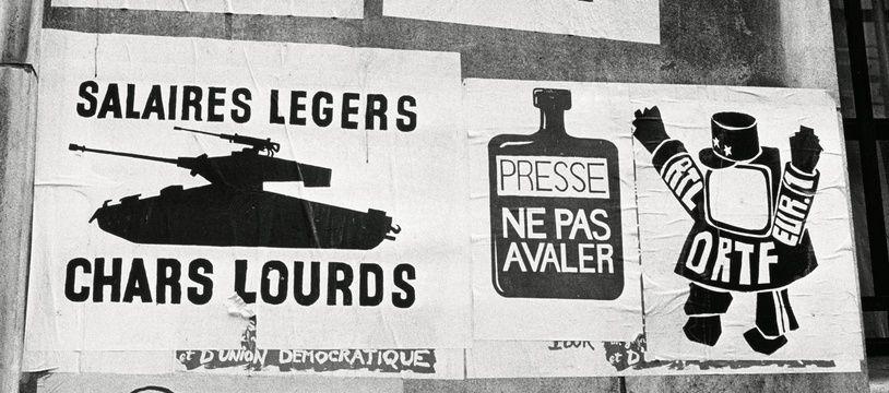 Mai 68 - Apres le 15 mai les grevistes s'installent dans la greve. Ils occupent les usines, les entreprises. Les affiches fleurissent sur les murs. Paris,  FRANCE - 15/05/1968.