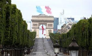 La patrouille de France survole des Champs-Elysées quasi vides en ce 14 juillet.