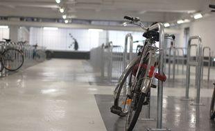 Illustration d'un vélo, ici dans un parking couvert.