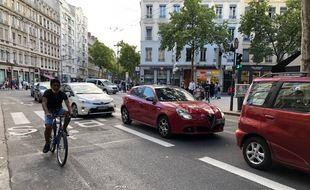 L'avenue de Saxe est revenue depuis un mois dans sa configuration de déconfinement, avec une voie dédiée aux bus et vélos, et une autre voie souvent embouteillée pour les voitures.