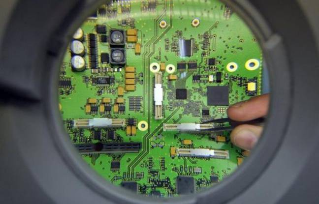 """Des chercheurs français ont réussi à fabriquer des nano-fibres plastiques aux propriétés électriques proches des métaux, qui se construisent """"toutes seules"""", promesse de pousser encore plus loin la miniaturisation des composants électroniques."""