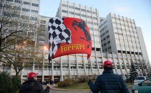 Le drapeau de Ferrari brandi par des fans de Schumacher le 31 décembre 2013 devant le CHU de Grenoble