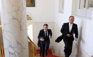 Emmanuel Macron court dans les escaliers