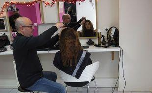 Au salon de Beauté Josephine, Mehdi, coiffeur, coiffe une jeune femme qui est dans une démarche de réinsertion.