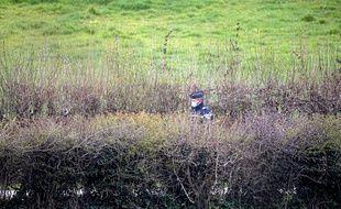 Rumel, le 06 avril 2021. Un gendarme surveille un secteur qui doit faire l'objet de fouilles afin de tenter de retrouver le corps d'Estelle Mouzin, disparue en 2003.
