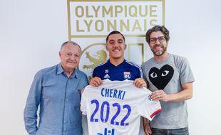 Rayan Cherki, qui fêtera ses 16 ans le 17 août, vient de signer son premier contrat professionnel à l'OL aux côtés de Jean-Michel Aulas et Juninho.