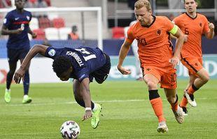 Dani de Wit, à droite, en action contre Aurélien Tchouameni, lors de leur des quarts de finale de l'Euro U21, entre les Pays-Bas et la France au stade Bozsik de Budapest, en Hongrie, le lundi 31 mai 2021