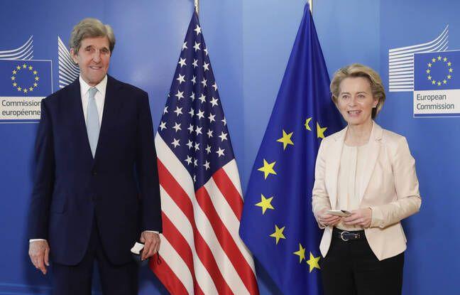 John Kerry, envoyé spécial des États-Unis pour le climat, et la présidente de la Commission européenne Ursula von der Leyen, à Bruxelles le 9 mars 2021.