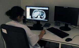 Un médecin regarde une radio des poumons à l'Institut universitaire du cancer, à Toulouse, le 4 juin 2015