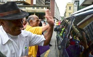 Les partisans du président Maduro frappent le véhicule Henry Ramos Allup, le nouveau président du Parlement, le 4 janvier 2016 à Caracas