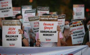Des manifestants et manifestantes à Istanbul ont aussi voulu souligner l'impuissance du gouvernement à lutter contre les incendies.