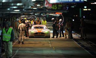 Des photographes et des mécaniciens autour d'une voiture aux 24 Heures du Mans, le 14 juin 2015.