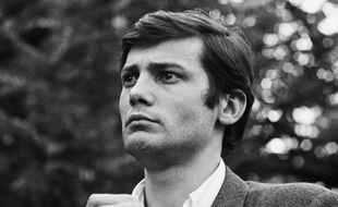 Jacques Sauvageot parle aux manifestants en mai 68