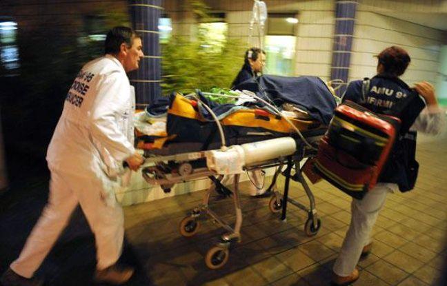 Une personne qui vient d'avoir une crise cardiaque est emmenée à l'hôpital par le SAMU, Paris, décembre 2009.