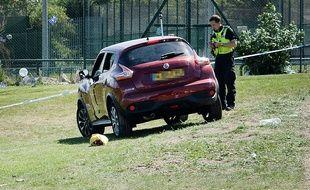 Newcastle (Angleterre), le 25 juin 2017. Un policier relève des indices autour de la voiture qui a foncé sur la foule.