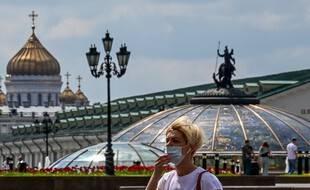 Une femme avec un masque dans le centre de Moscou, en mai.