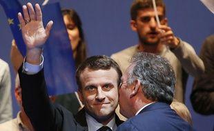 Emmanuel Macron et François Bayrou, alliés, lors d'un meeting à Pau le 12 avril 2017.