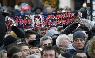 Des fans de Johnny Hallyday attendent place de la Madeleine l'hommage populaire à Johnny Hallyday, le 9 décembre 2017.