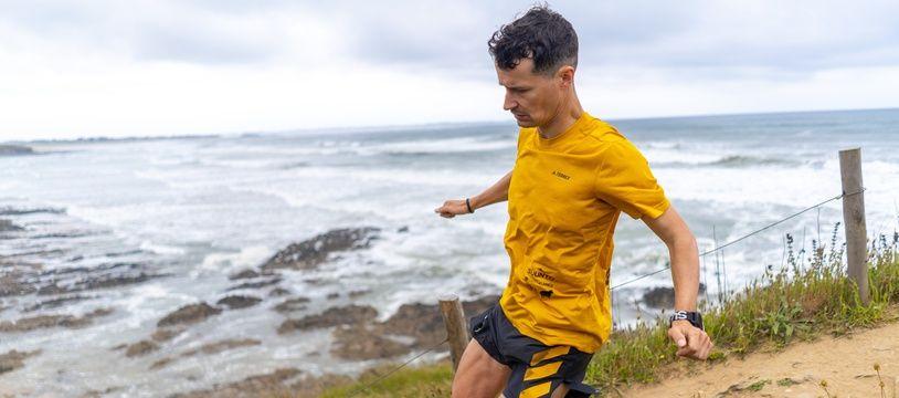 Le traileur breton Jérémy Desdouets va parcourir les 2.000 km du GR34 qui entoure la Bretagne pour tenter d'établir un record.