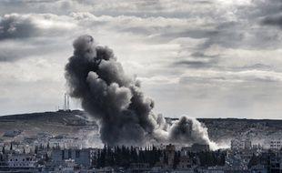 De la fumée s'élève au-dessus de la ville kurde de Kobané, en Syrie, le 2 novembre 2014.