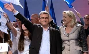 Aymeric Chauprade, le 18 mai 2014 à paris, sur scène avec Marine Le Pen.