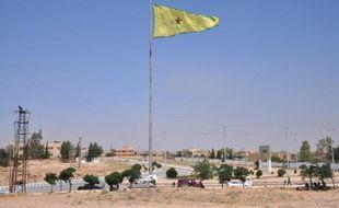 Un drapeau des YPG, milices du Parti de l'union démocratique (PYD, Kurdes de Syrie) flotte sur la ville de Tall Abyad, en Syrie, le 25 juin 2015