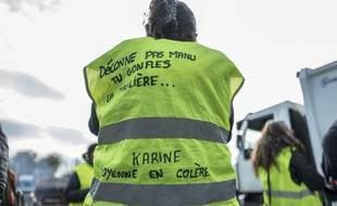 """Une femme en """"gilet jaune"""" sur un rond-point près de Toulouse, le 19 novembre 2018."""