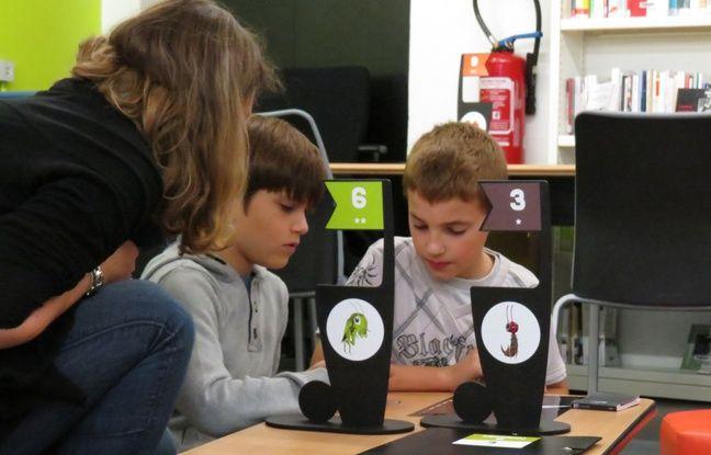 Aline, enseignante à ,l'école Berthelot-Sévigné de Hellemmes, avec deux élèves en plein atelier