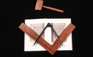 Des objets symboles de la franc-maçonnerie. (Illustration)
