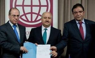 """Des représentants d'Israël, de Jordanie et de l'Autorité palestinienne ont signé lundi à Washington un accord qualifié d'""""historique"""" pour tenter de sauver la mer Morte et lutter contre la pénurie d'eau dans la région."""