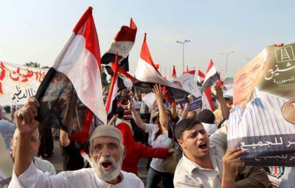 L'Egypte attendait dimanche dans l'après-midi l'annonce officielle de son prochain président, après une élection qui a vu s'affronter le Frère musulman Mohamed Morsi et l'ancien Premier ministre de Hosni Moubarak Ahmad Chafiq, qui revendiquent tous deux la victoire. – Marwan Naamani afp.com