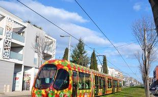 Le tramway de Montpellier, ici sur l'avenue de l'Europe à Castelnau-le-Lez.