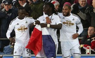 Bafétimbi Gomis sort un drapeau français lors de la rencontre entre Swansea et West Ham le 10 janvier 2015.