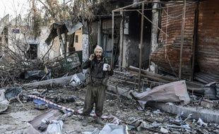 Un combattant kurde dans les décombres à Kobané le 27 janvier 2014.