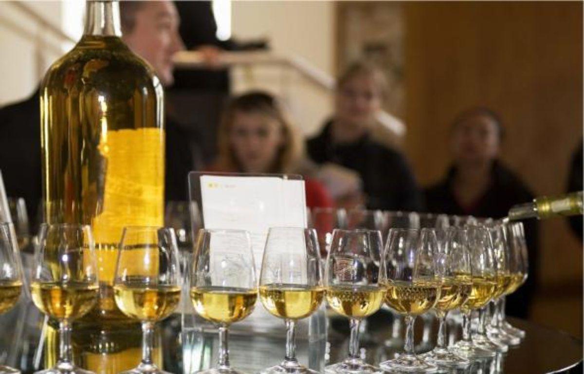 Illustration: une bouteille d'alcool et des verres. –  ANGOT / SIPA