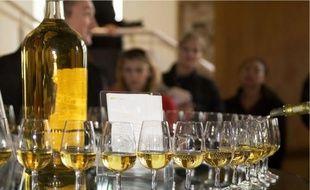 Illustration: une bouteille d'alcool et des verres.