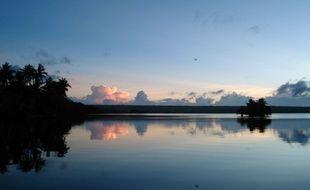 Une vue d'un lac sur l'île de Rennell (archipel des Salomon), illustration.