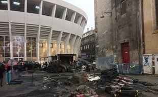 La rue Ravez, derrière le Palais des sports, était en chantier. Les engins ont été dégradés et incendiés par des casseurs, dans la nuit.