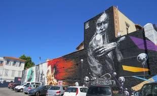 Marseille, le 22 mai 2015, le marché aux puces accueille une fresque de Street Art.