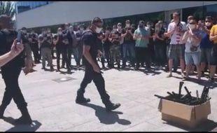 Les policiers de Strasbourg ont déposé leurs matraques dans un carton, ce mercredi.