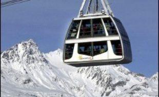 Un skieur hors piste de 17 ans a été retrouvé mort mardi soir par le service des pistes de la station des Arcs (Savoie), enseveli sous une avalanche de neige fraîche, a-t-on appris mercredi auprès du peloton de gendarmerie de haute montagne (PGHM) de Savoie.