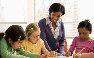 Une enseignante avec ses élèves.