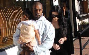 North, dans les bras de son père Kanye West, et Kim Kardashian