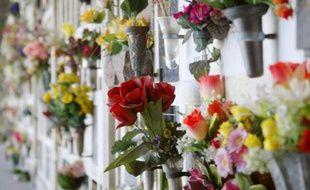 Le colombarium du cimetière du Père Lachaise le 12 mai 2004 à Paris
