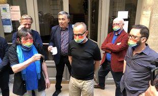 Au premier plan: Luc, Jérôme et Franck dans la cour de leur immeuble, pour l'inauguration de leur colocation pour séniors LGBT+, à Paris, le 24 juin 2021.