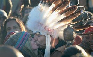 Des manifestants célèbrent le rejet du tracé d'un oléoduc dans le Dakota par les autorités américainces, le 4 décembre 2016.