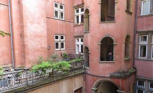 Lyon, le 04 Mai 2014. La tour rose reste l'un des emblèmes touristiques du quartier du Vieux-Lyon.