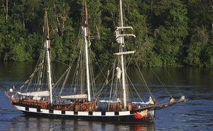 Le trois mâts «La Boudeuse» dans le fleuve Oyapock en Guyane Française, le 26 février 2010.