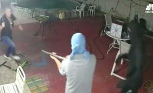 Un homme a repoussé des cambrioleurs armés de fusil de chasse avec une machette