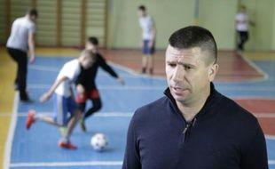 L'ex-footballeur croate Ivica Piric durant un entraînement dans une école de Dnipropetrovsk, dans le sud-est de l'Ukraine, le 11 novembre 2015